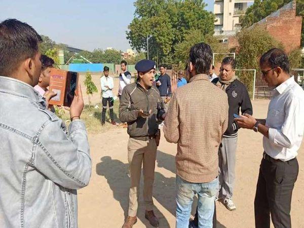 પોલીસ અને વિદ્યાર્થીઓ - Divya Bhaskar