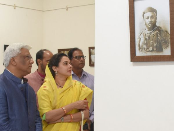 સયાજીરાવના પેઇન્ટિંગને નીહાળી રહેલા મહારાજા અને મહારાણી - Divya Bhaskar