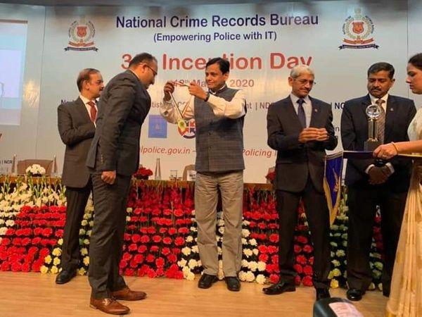 ટ્રેક-3 અંતર્ગત ઇ-રક્ષા એવોર્ડ ગુજરાત પોલીસને પ્રથમક્રમ મેળવવા માટે એનાયત કરવામાં આવ્યો - Divya Bhaskar