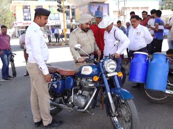 સાઇલેન્સરવાળા બુલેટ ડિટેઇન કરતી પોલીસ - Divya Bhaskar