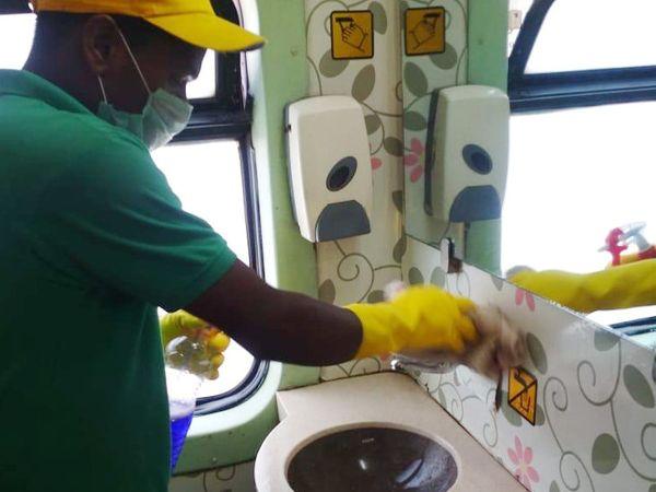 સફાઇ કામદારોએ શૌચાલયમાં સફાઇ કરી - Divya Bhaskar