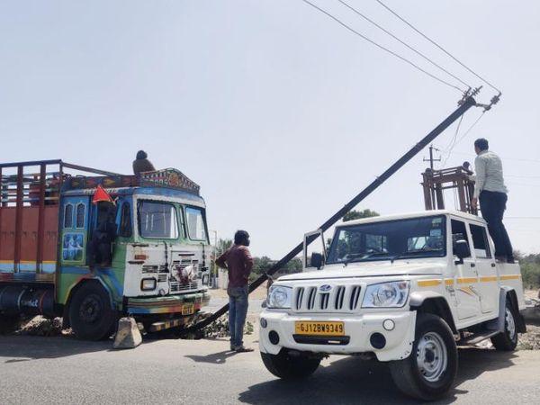 ડ્રાઇવરની બેદરકારીના કારણે ટ્રક વીજલાઇનમાં અથડાઇ - Divya Bhaskar