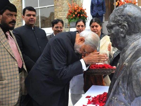 આંબેડકર મેમોરિયલમાં PM મોદી સાથે અન્ય નેતા - Divya Bhaskar
