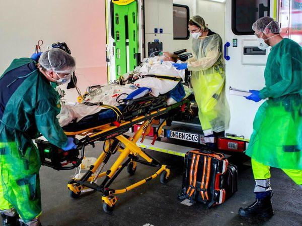 ઈટાલીના બોન શહેરની યુનિવર્સિટી હોસ્પિટલમાં દર્દીની સારવાર કરતા ડોક્ટરો.