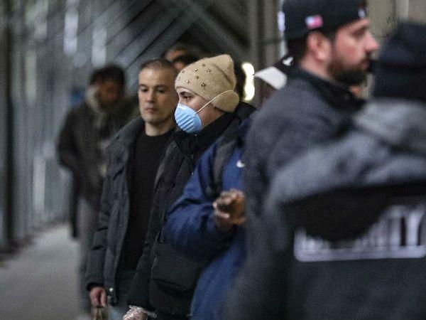 ન્યૂયોર્કમાં સુપરમાર્કેટમાં જવા માટે રાહ જોતો લોકો.