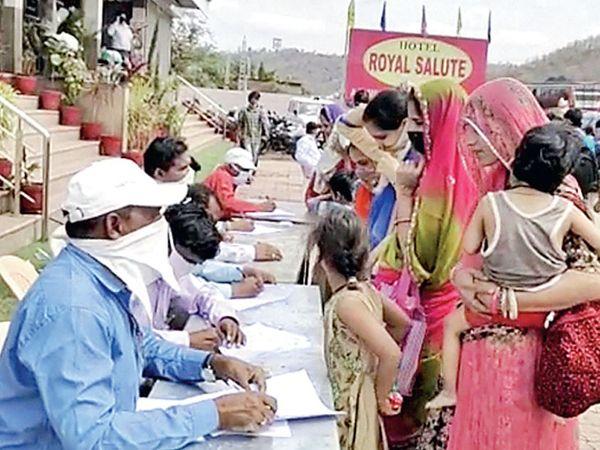 શ્રમજીવી લોકોનું રજિસ્ટ્રેશન કરી સૅનેટાઇઝશન કરી પ્રવેશ આપવાની પ્રક્રિયા હાથ ધરાઈ - Divya Bhaskar