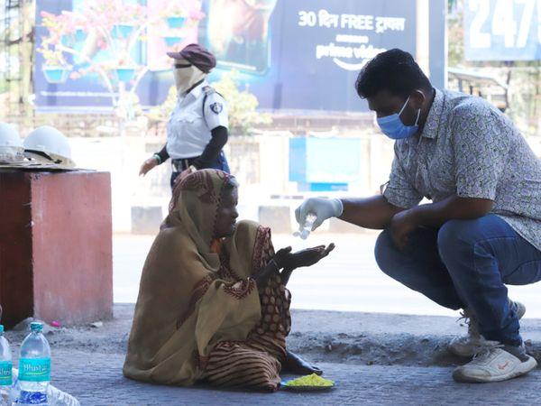 પોલીસ જરૂરિયાતમંદ લોકો પાસે ફૂડ પેકેટ્સ સહિત નાસ્તો પહોંચાડી રહી છે. - Divya Bhaskar