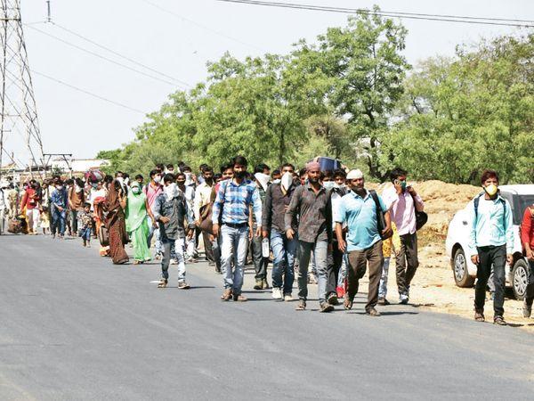 રાજ્યમાંથી હિજરત રોકવા સરકારના આદેશ છતાં નાના ચિલોડા પાસે મોટી સંખ્યામાં કામદારો પગપાળા નીકળ્યા હતા. - Divya Bhaskar