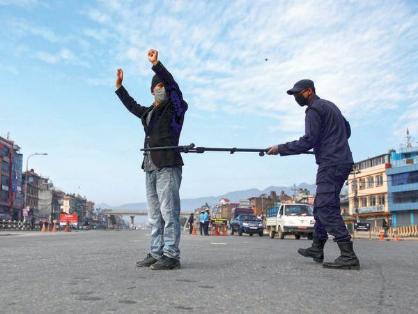 નેપાળમાં પોલીસ નિયમ તોડનારા લોકોથી ડિસ્ટન્સ જાળવી તેમની ધરપકડ કરી રહી છે. - Divya Bhaskar
