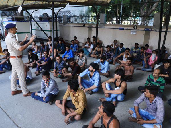 કોર્ટના હુકમ બાદ પોલીસ દ્વારા 96 લોકોને કવોરેન્ટાઈન કરવામાં આવ્યા હતા. - Divya Bhaskar