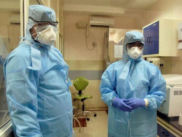 સારવાર કરતા ડોક્ટર્સ - ફાઇલ તસવીર - Divya Bhaskar