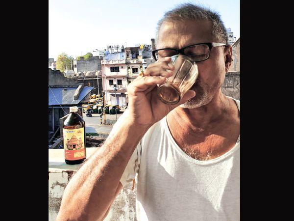 ગૌમૂત્ર અર્કનું સેવન કરતાં વ્યક્તિ. - Divya Bhaskar