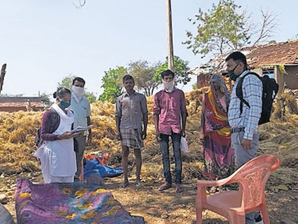 ફતેપુરાના વટલી, મોટીરેલ ગામે રાજસ્થાનથી આવેલ લોકોની મુલાકાત લેતી જીલ્લા આરોગ્યની ટીમ. - Divya Bhaskar