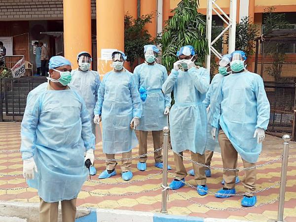 હૈદરાબાદની ગાંધી હોસ્પિટલમાં ફરજ પર રહેલા પોલીસ કર્મચારીઓએ પર્સનલ પ્રોટેક્ટિવ કીટ પહેરેલી જોવા મળે છે - Divya Bhaskar