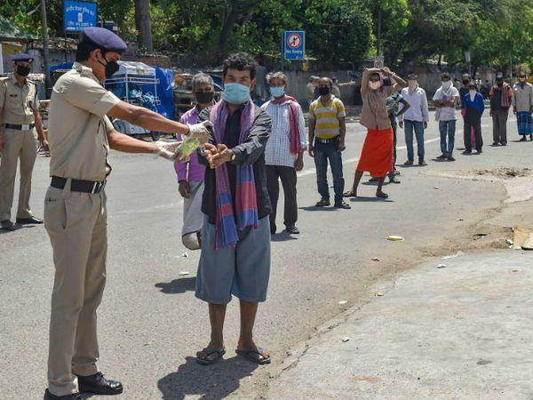 લોકડાઉન વખતે દિલ્હીમાં ગરીબોને જમવાની તકલીફ ન થાય, તે માટે પોલીસે તેમને ભોજનની વ્યવસ્થા કરી આપી હતી. આ દરમિયાન સોશિયલ ડિસ્ટન્સિંગનું ધ્યાન રાખવામાં આવ્યું હતું. - Divya Bhaskar