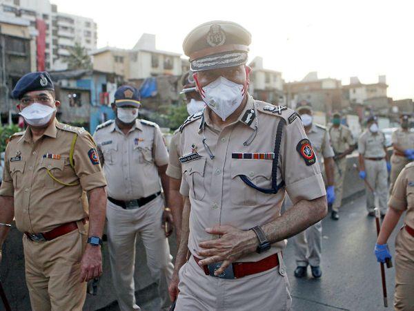 મુંબઇમાં સોમવારે પોલીસ કમિશનર પરમબીર સિંહે પોલીસ કર્મીઓ સાથે રેલી કાઢી હતી. મહારાષ્ટ્રમાં કોરોના વાઇરસના 4 હજારથી વધુ લોકો સંક્રમિત થયા છે. - Divya Bhaskar