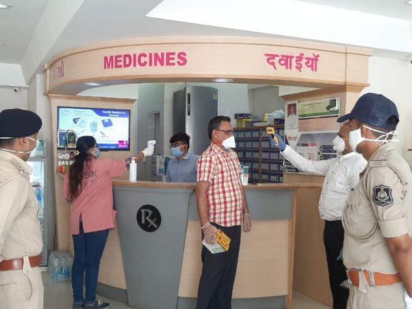 આરોગ્ય વિભાગ દ્વારા સ્ક્રિનિંગની કામગીરી - Divya Bhaskar
