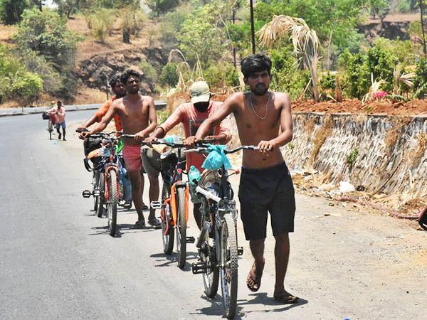 ઘણા મજૂરો સાઇકલમાં તેમના ઘરે જવા માટે નિકળ્યા છે