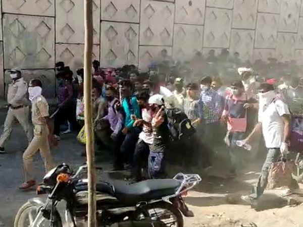 પરપ્રાંતિયોના ટોળાએ પોલીસની હાજરીમાં જ રસ્તા પર દોટ મૂકી. - Divya Bhaskar