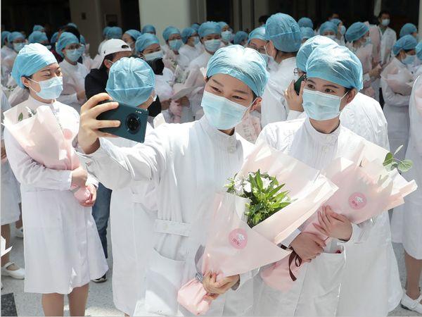 નર્સ ડે પર વુહાનમાં નર્સ સેલ્ફી લઈ રહી છે. વુહાનમાં છેલ્લા એક સપ્તાહમાં 6 નવા કેસ નોંધાયા છે. ચીનમાં હાલ 115 એક્ટિવ કેસ છે.