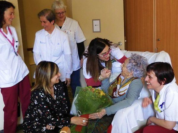 મારિયા બ્રાયન્સની ઉંમર 113 વર્ષ છે. તે સ્પેનના કેટોલોનિયામાં એક નર્સિંગ હોમમાં રહે છે. એપ્રિલમાં પોઝિટિવ આવી હતી. હવે સ્વસ્થ છે. અહીં તે સ્વસ્થ થયા બાદ પરિવાર સાથે જોવા મળ્યા હતા - Divya Bhaskar
