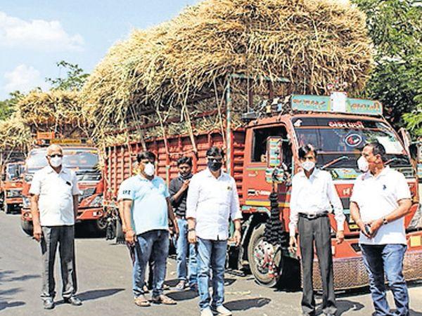 ધારાસભ્ય દ્વારા દક્ષીણ ગુજરાતમાં 4 ટ્રેકો ભરી ઘાસચારો મોકલી અપાયો હતો. - Divya Bhaskar