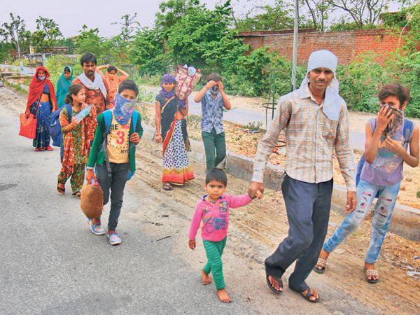 ભરઉનાળે ઉઘાડા પગે પરિવાર સાથે ચાલતી બાળકી. - Divya Bhaskar