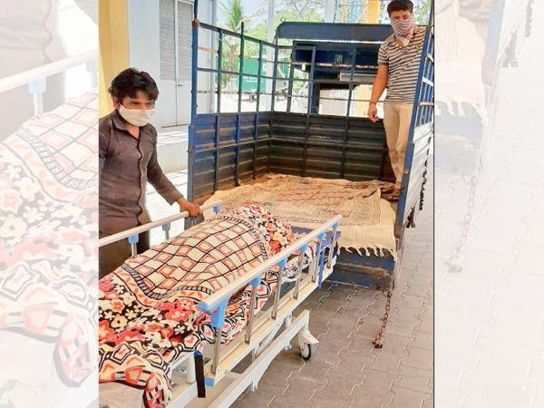 ટેમ્પોમાં મૃતદેહ લઈ જતો પુત્ર. - Divya Bhaskar