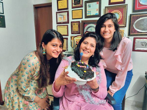 મધર્સ-ડે પર દીકરીઓ સાથે દીપા. - Divya Bhaskar