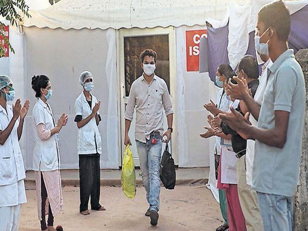 કોરોના દર્દીને રજા આપવામાં આવી - Divya Bhaskar