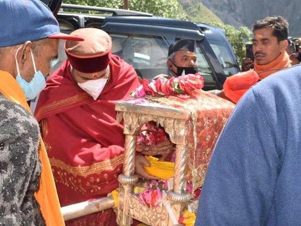 બદ્રીનાથ માટે પાંડુકેશ્વરથી કુબેર ડોલી, ઉદ્ધવ ડોલી, આદિગુરુ શંકરાચાર્ય ગાદી સાથે યાત્રા શરુ થઇ - Divya Bhaskar