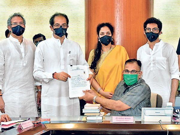 CM ઠાકરેએ સોમવારે સાંજે વિધાનભવન જઇને ઉમેદવારી નોંધાવી હતી. આ સમયે તેમનો પરિવાર સાથે રહ્યો હતો. - Divya Bhaskar