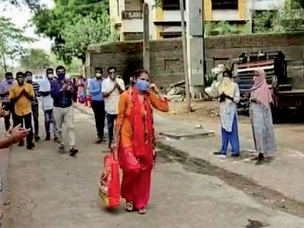 14 દિવસની લડત બાદ કડોદરાની મહિલા કોરોના હરાવી પોતાના માતાના ઘરે પરત ફરી કડોદરા પાલિકાની ટીમે સ્વાગત કર્યું હતું - Divya Bhaskar