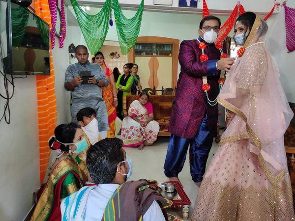 લૉકડાઉન વચ્ચે મનીન શાહ સાથે લગ્નના લોકમાં બંધાઇ વીણા ભૂતરા. - Divya Bhaskar