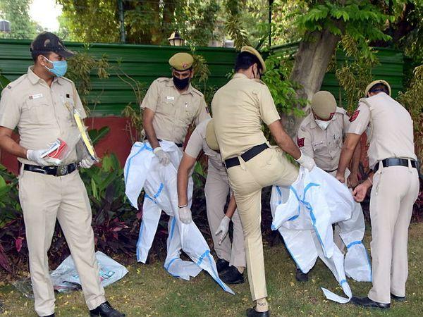 રવિવારે નવી દિલ્હીમાં ડ્યૂટી પર જતા પહેલા પીપીઇ કિટ પહેરી રહેલા પોલીસ કર્મચારીઓ - Divya Bhaskar