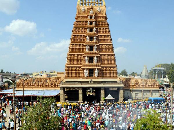 કર્ણાટક સરકારે મંદિરો ખોલવાનો નિર્ણય કર્યો છે. મંદિર આવનાર શ્રદ્ધાળુઓએ સોશીયલ ડિસ્ટન્સિંગનું પાલન કરવું પડશે - Divya Bhaskar