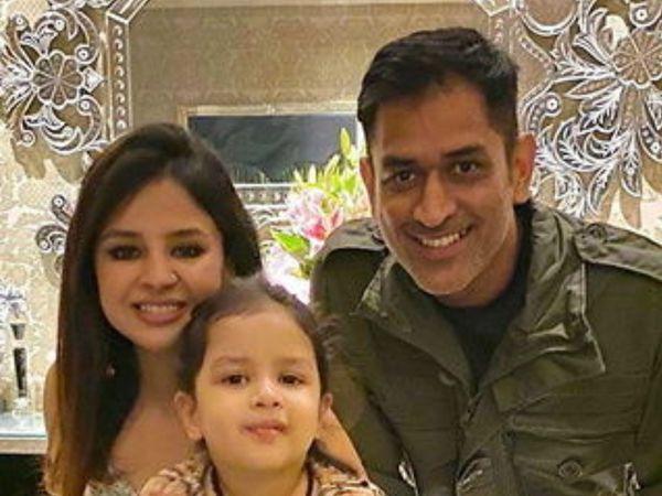 મહેન્દ્ર સિંહ ધોની 2019ના વર્લ્ડ કપ પછી ક્રિકેટ રમ્યો નથી. તે પત્ની સાક્ષી અને પુત્રી ઝીવા સાથે વેકેશન પર ગયો હતો. -ફાઇલ ફોટો - Divya Bhaskar