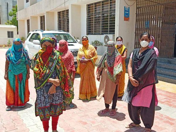 સુરેન્દ્રનગર વિહળપાર્કની મહિલાઓ પાણી પ્રશ્ને રજૂઆત કરવા પાલિકા કચેરીએ ધસી આવી હતી. - Divya Bhaskar