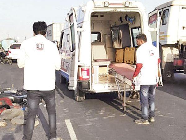 અકસ્માત બાદ 108 મારફતે બન્ને યુવાનોને સારવાર માટે  હોસ્પિટલ લઇ જવાયા હતા - Divya Bhaskar
