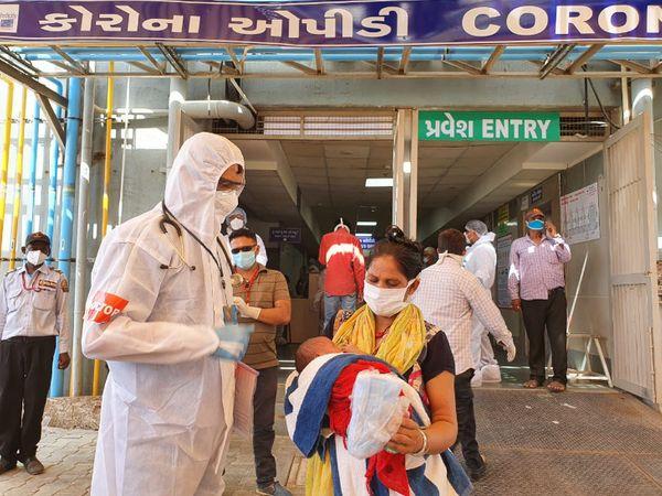 સગર્ભાએ કોરોનાની સારવાર દરમિયાન બાળકને જન્મ આપ્યો અને કોરોના મુક્ત થતાં તબીબોએ તેને માર્ગદર્શન આપી ઘરે મોકલી હતી. - Divya Bhaskar
