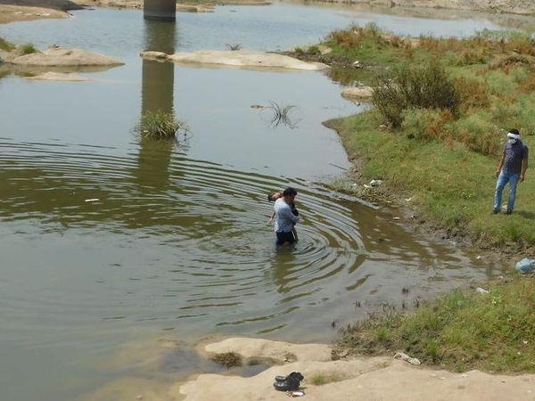 પિતાએ ગુનો કબૂલ્યો ત્યારબાદ પોલીસે નદીમાંથી તેના દીકરાનો મૃતદેહ કબજે કર્યો હતો - Divya Bhaskar