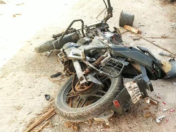 તોફાનીઓ દ્વારા સોસાયટીમાં પાર્ક કરાયેલી બાઇકની પણ તોડફોડ કરવામાં આવી હતી. - Divya Bhaskar