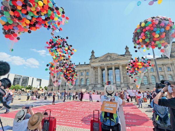 જર્મનીની સંસદ બહાર રંગબેરંગી ફુગ્ગા ઉડાવી દેખાવો. - Divya Bhaskar