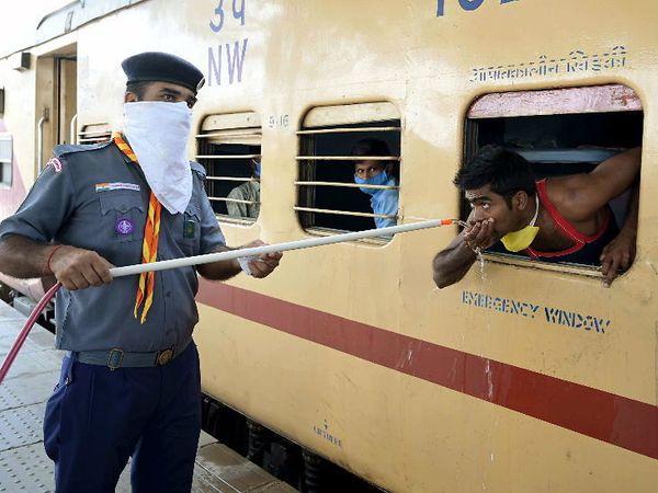પ્રયાગરાજમાં એક પ્રવાસી મજૂરને જ્યારે તરસ લાગી તો NCC કેેડેટે આવી રીતે તરસ છિપાવી હતી - Divya Bhaskar