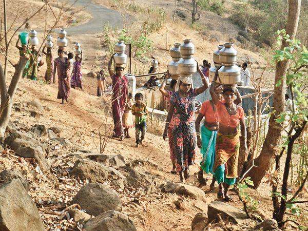 લોકો 4 કિમી ડૂંગરા પાર કરી કૂવામાંથી પાણી મેળવે છે. - Divya Bhaskar