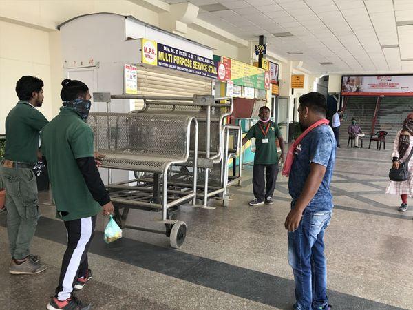 રેલ્વે સ્ટેશન પર બેઠક વ્યવસ્થા ફરી ગોઠવાઇ રહી છે. - Divya Bhaskar