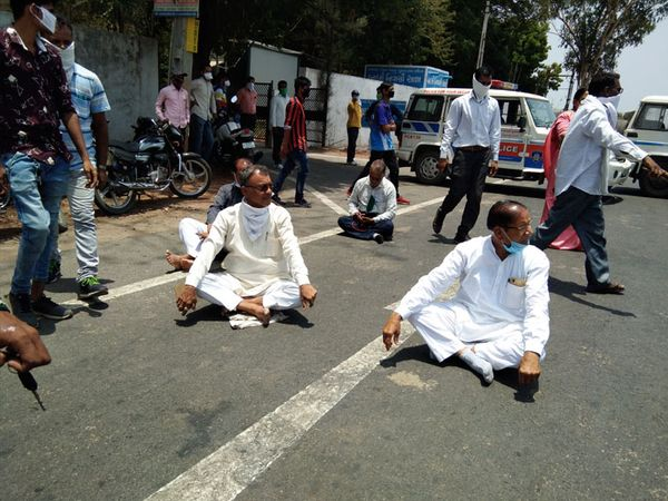 રાજપીપલામાં કોંગ્રેસના ધારાસભ્યો સહિત આગેવાનોની પોલીસે અટકાવતા તેઓ રોડ પર બેસી ચક્કાજામ કર્યો હતો. - Divya Bhaskar