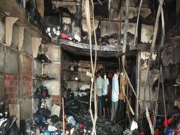 પાનવડ ખાતે લાગેલ આગની લપેટમાં ત્રણ મકાનોને ભારે નુકશાન પહોંચ્યું હતું. - Divya Bhaskar