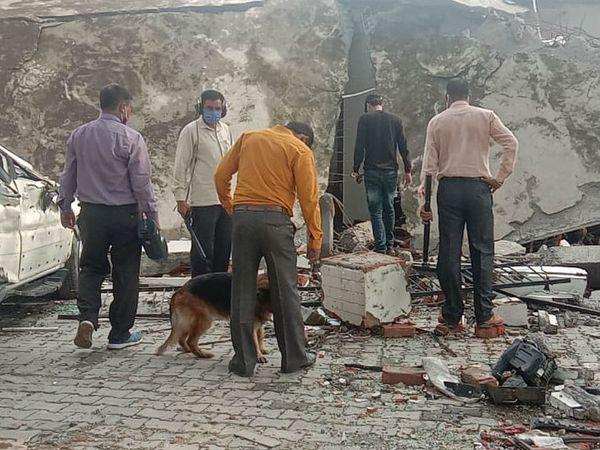 આ તસવીર બિકરૂ ગામની છે. શુક્રવારે બોમ્બ મળ્યા બાદ ફરી સર્ચ ઓપરેશન શરૂ કરવામા આવ્યું હતું.