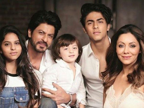 શાહરુખ-ગૌરી દીકરી સુહાના, દીકરા આર્યન તથા અબરામની સાથે